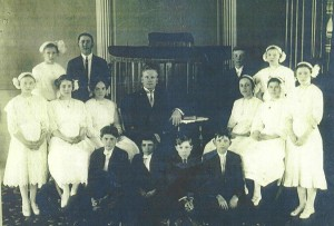 1913 Confirmation at Zion Chatt, pipes to the right back.